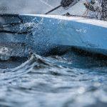 voilier à foil FOILING DINGHY au passage de vague