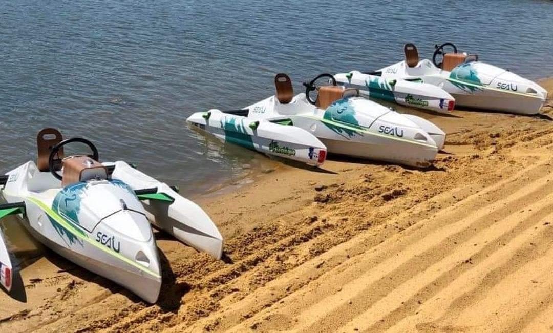 trois ecokart échoués sur la plage en attente