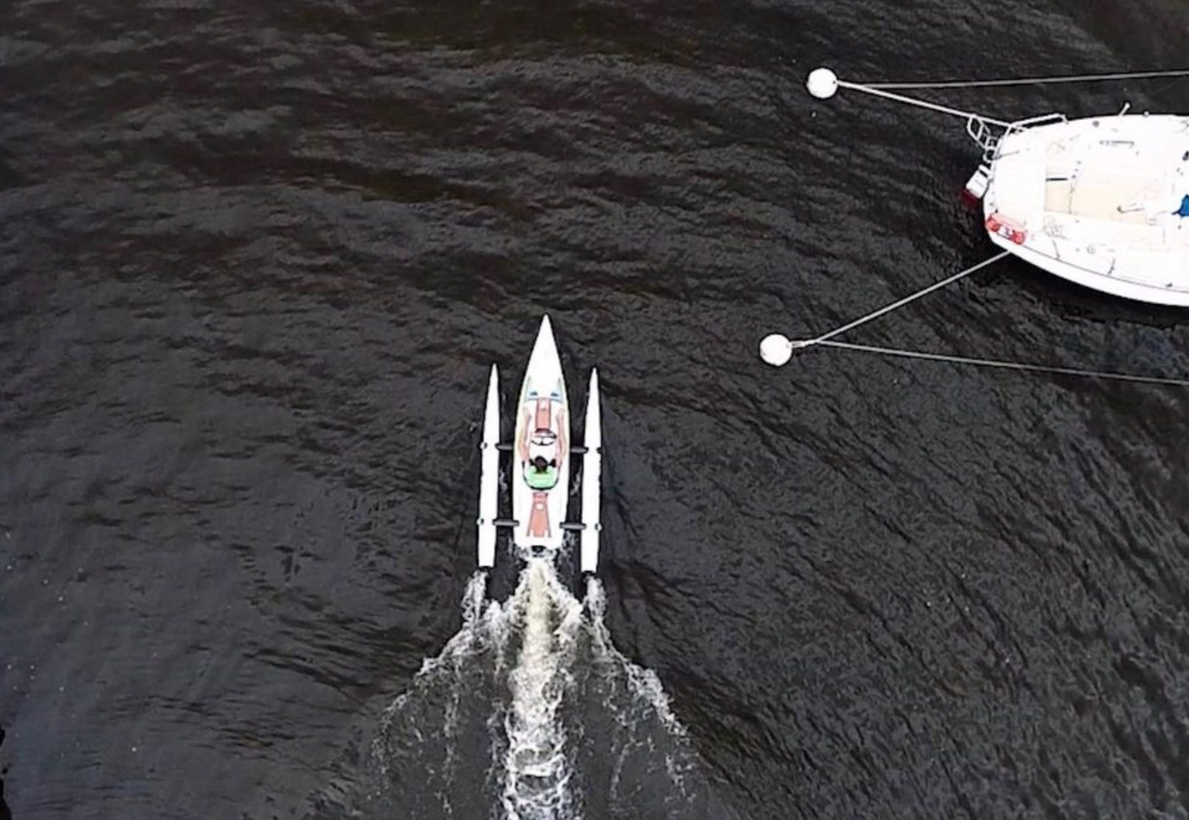 ecokart en marche vue d'un drone passant devant un bateau