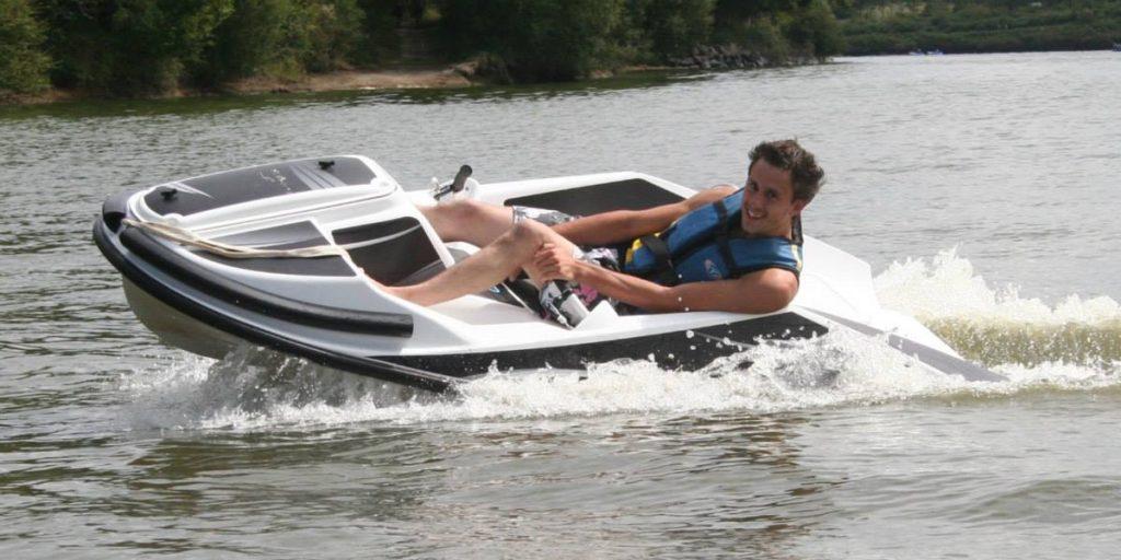 homme carving en kart nautique gliss speed