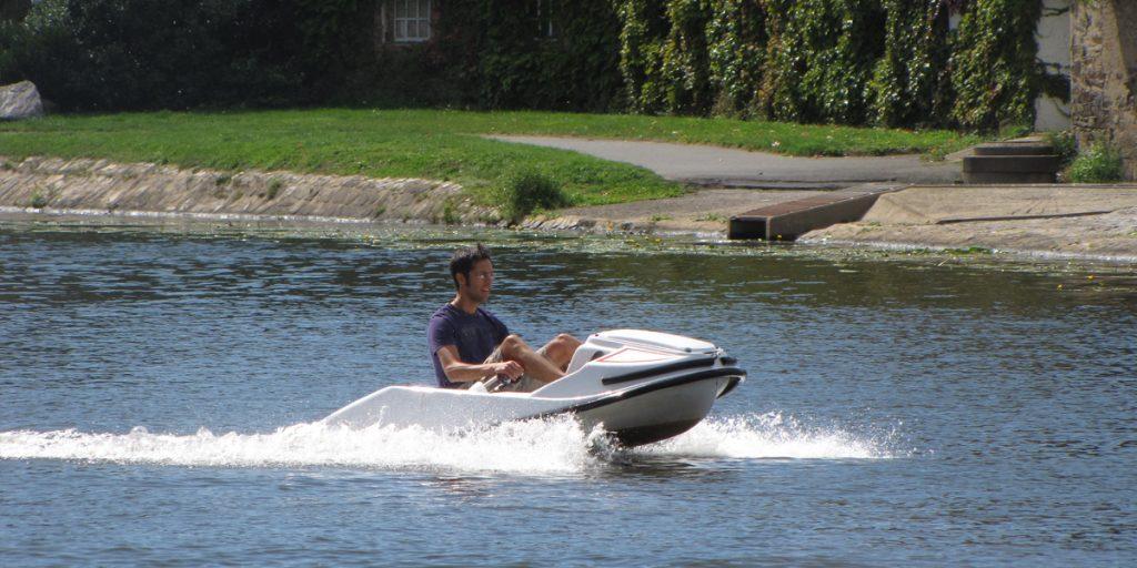 garçon run en kart nautique gliss speed