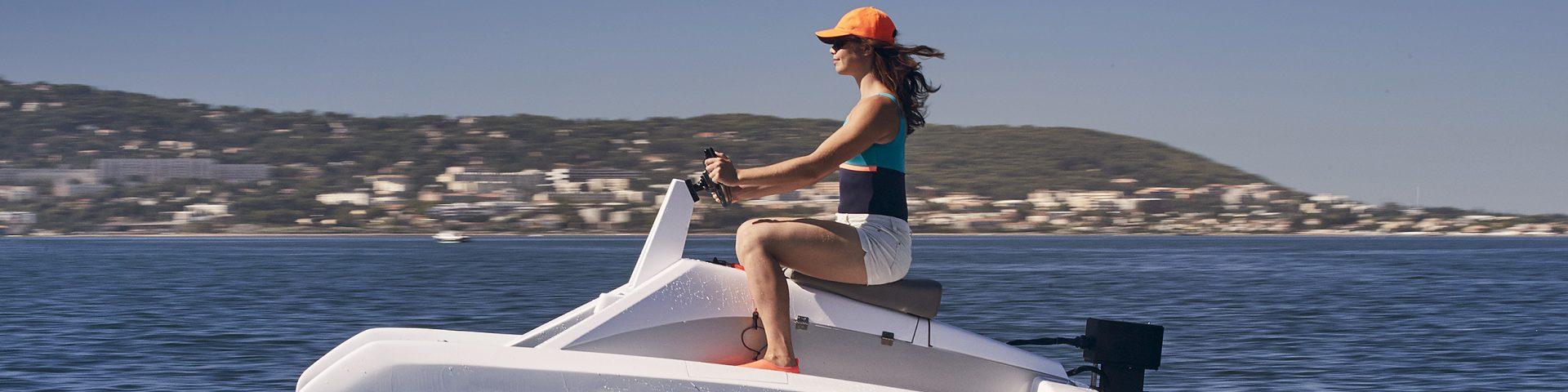 catamaran électrique à foil overboat en navigation avec fille