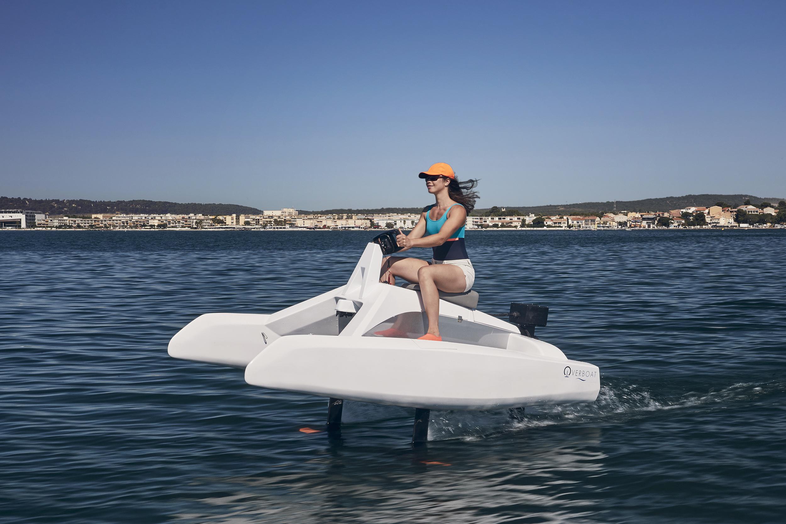 overboat sur l'eau vue de 3:4 avant