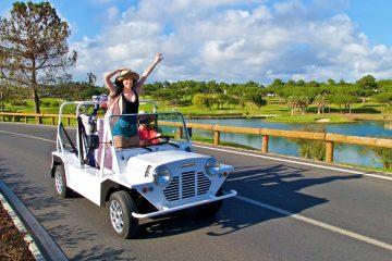 une Mini Moke électrique blanche en route