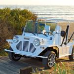 Mini Moke électrique sur les caillebotis en sortie de plage