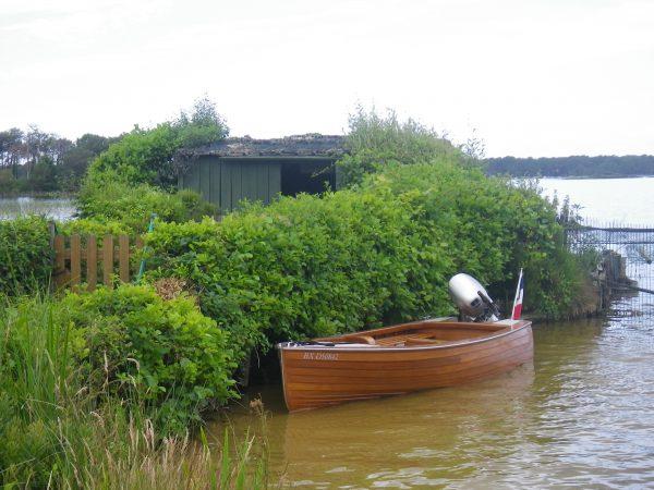 bateau Tanaka de 14 pieds à l'eau