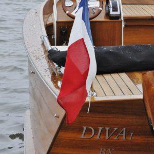 vue arrière babord du bateau à moteur teck diva rosewest