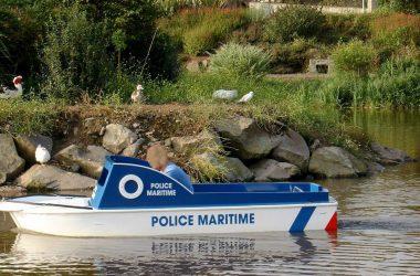 bateau enfant de police électrique